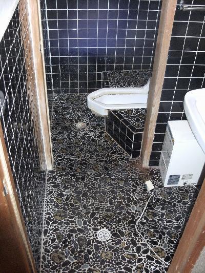 和式のトイレと手洗いの下には小型の電気温水器があります