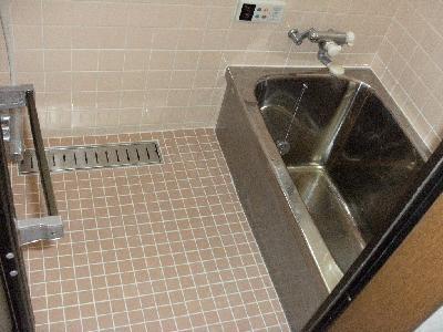 床のタイルをとり、浴槽を出して排水を新規に取って復元しました
