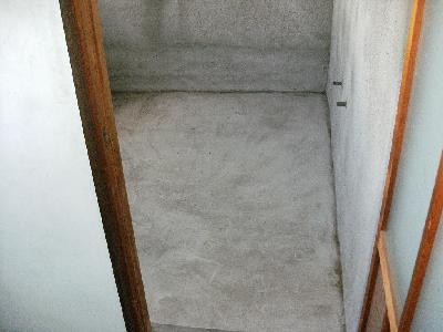 将来浴室にしようとしてコンクリート打ちっぱなしの部屋でした