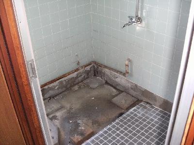 工事するにあたり浴槽と風呂釜を撤去したところ