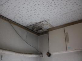 天井に大きなシミが・・