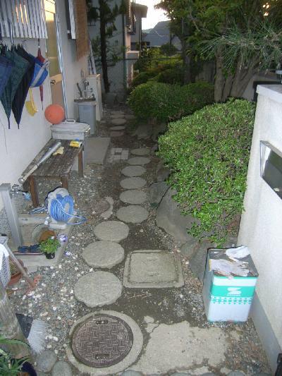 玄関横のスペースが、土でした。
