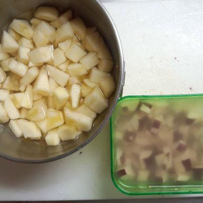 リンゴ・サツマイモ15分水に浸す