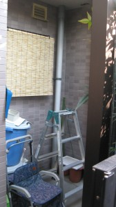 設置できる場所が建物前(玄関横)のスペースしかない為、ここに決定