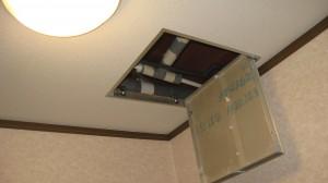 1階洗面所に天井点検口取付(2階キッチン下)、給湯つなぎ換え