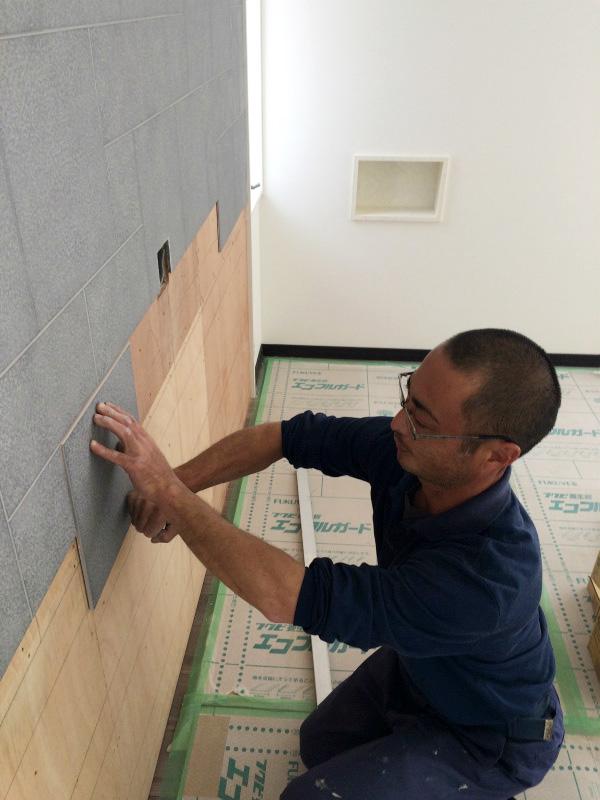内装壁に、エコカラットを張ってます。