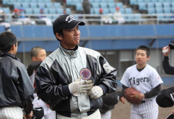 試合途中でスコアボードを見て作戦を練る柳谷監督