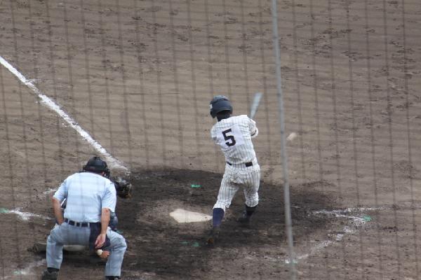 7回裏に右前打を放つ西田尚寛君