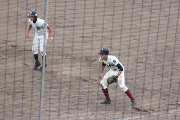1塁ベース上での西田直斗君(右)と西田尚寛君(左)