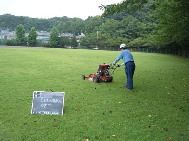 グラウンド敷地内 草刈り作業