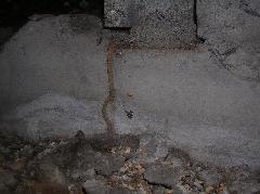 大阪府堺市のヤマトシロアリの蟻道(通風口被害)