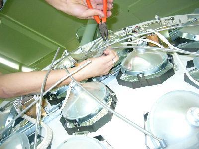 ランプ1台1台を慎重に修復している様子。