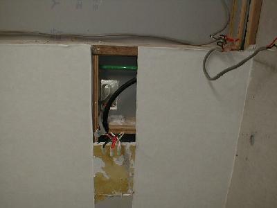 壁の中の配線を調査するため、壁を解体している様子。