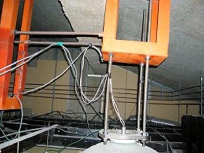 補強工事前は、架台が無くボルトだけで吊ってある状態