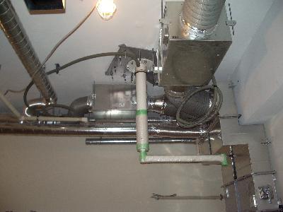 無影灯を設置する天井裏の施工風景