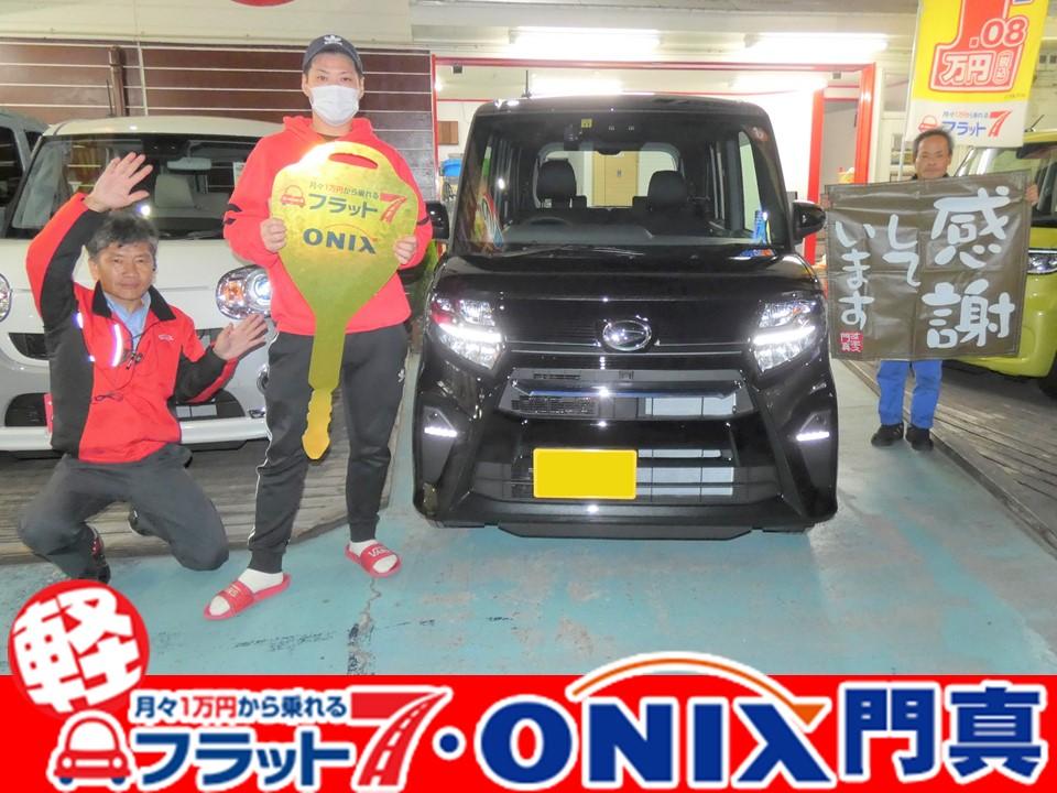 フラット7オニキス大阪門真店の納車式。『新車リース・フラット7』にて『タントカスタム』ご購入の大阪府守口市在住K様の笑顔です。