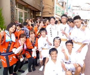 お神輿へ参加した若手社員たち