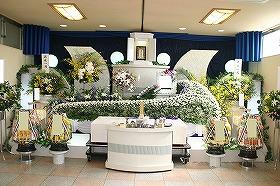 やすらぎホール別館で素敵な花祭壇 まごころ45プランで施行(実例)
