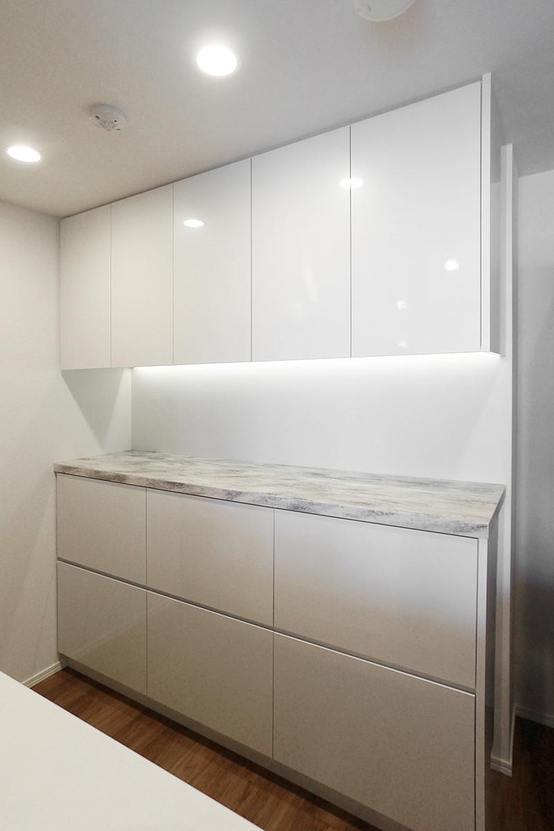 カウンターの高級感が映えるキッチン収納 相模原市