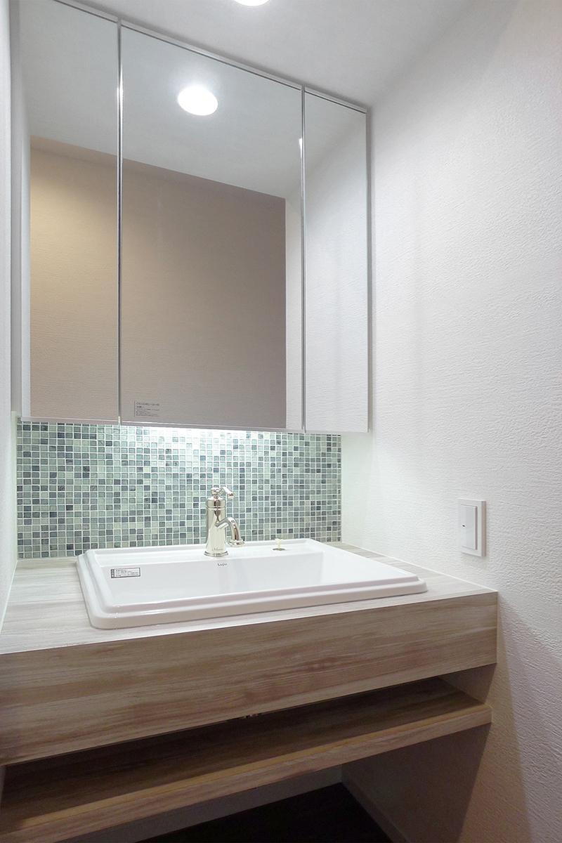 相模原市 ガラスモザイクと水栓が映えるオーダーメイド洗面化粧台