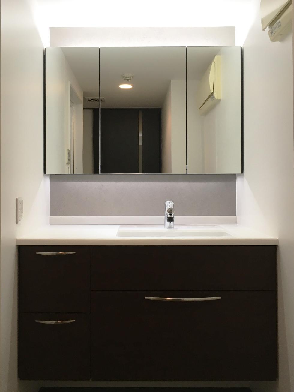 間接照明で演出された洗面化粧台