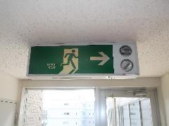 東京の病院で誘導灯2台を交換しました。