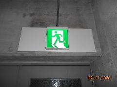東京のビルで誘導灯の交換作業