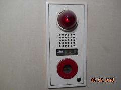 東京のビルで非常警報設備の交換作業