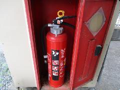 熊谷市のアパートで消火器を交換作業