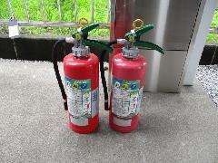 東京都町田市の協同住宅で消火器の交換作業