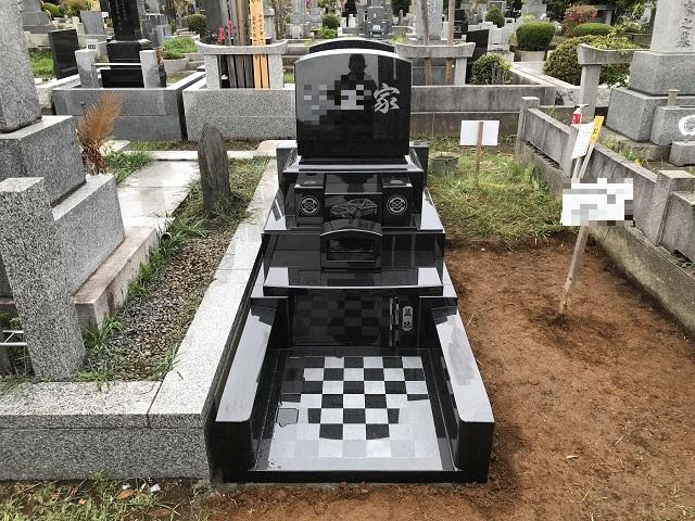 デザイン彫刻が施された石碑です。