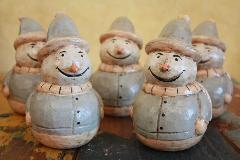 薄い水色の服と帽子の雪だるま 木製置物