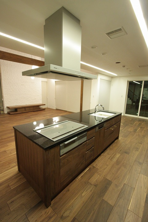 ウオールナット材キッチン天然大理石天板