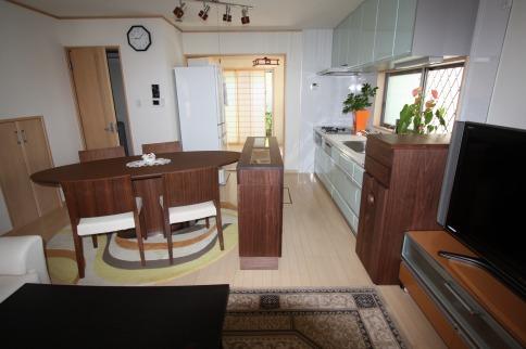 ウオールナット材機能的カウンター&天然大理石入り家具
