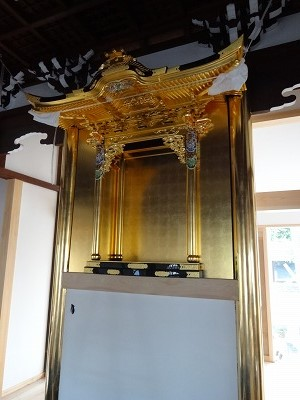 迎門柱の漆塗り、金箔押し作業