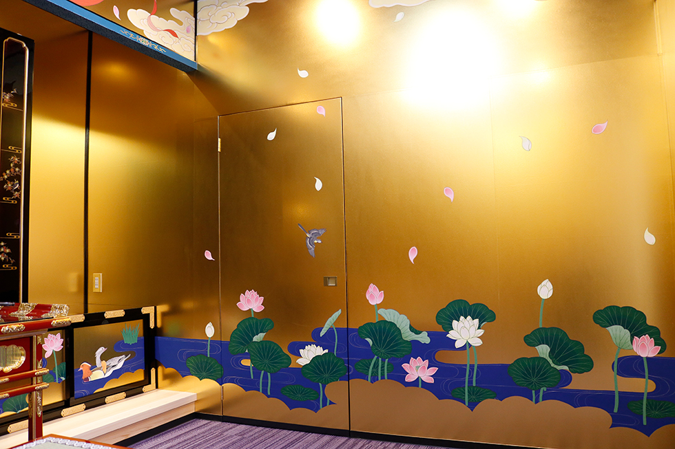 右側面-蓮水と散蓮の彩色画