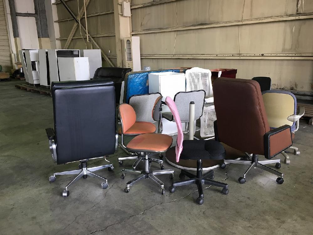 事務机や椅子等