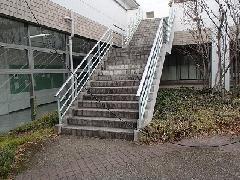 東京都八王子市 教育施設 階段部分高圧洗浄作業