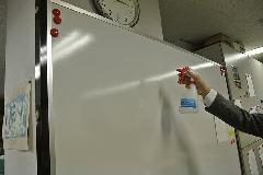 アルカリイオン電解水使用によるオフィスホワイトボードの清掃 ・除菌作業