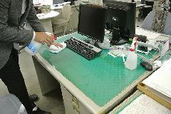 アルカリイオン電解水使用による事務所テーブルの清掃 ・除菌作業