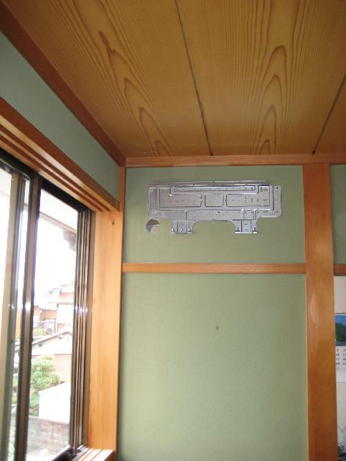 エアコン室内機を引っ掛ける 背板の取り付け