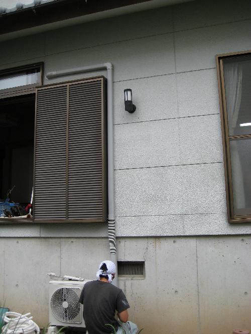 配管化粧カバーを取付たエアコン室外機の設置
