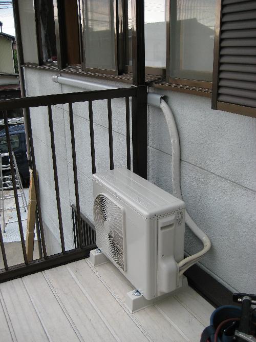 ベランダに設置したエアコン室外機
