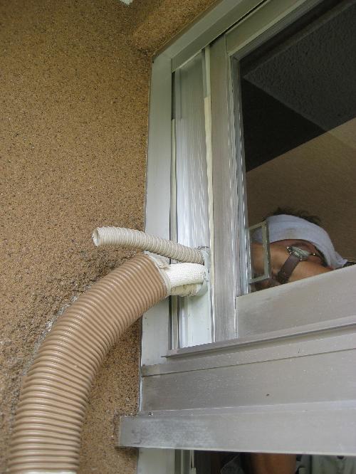 壁に穴があけられないので窓用パネルを使用して取付
