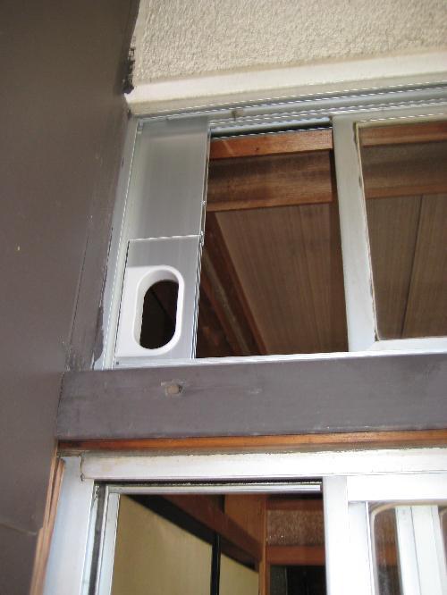 壁に穴があけられないので天窓に、Sサイズのパネルを取付