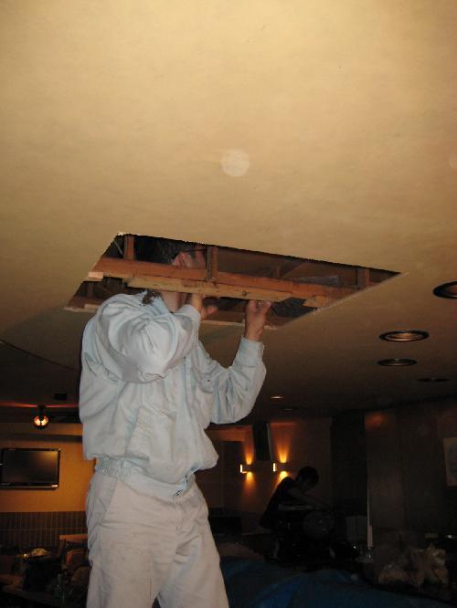 天井にエアコン室内機の寸法に合わせって穴を開け吊り下げるボルトを設置します
