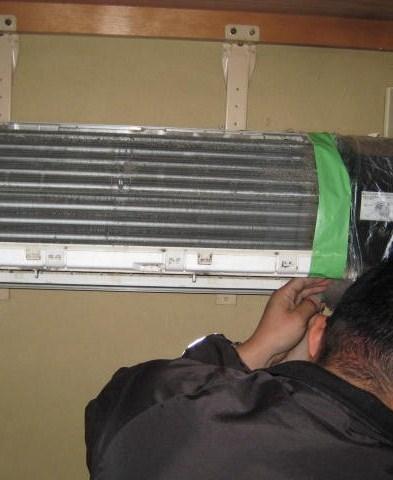エアコンの電装部分が水濡れしないよう養生します。