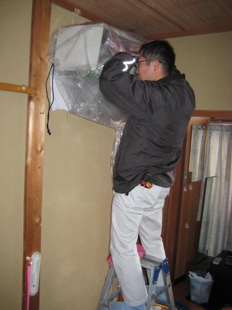 洗剤でエアコンクリーニング 後十分水洗いします。