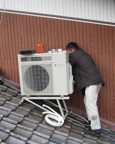 エアコン買い替えを機会に安定した位置に取り付けしなおした、エアコン室外機